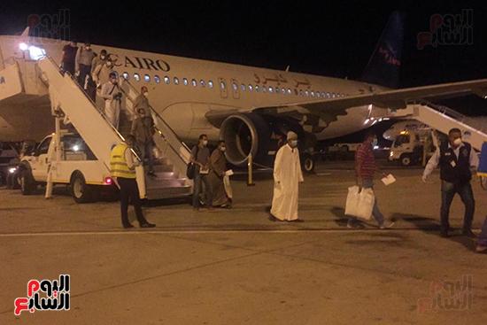 وصول رحلة طيران استثنائية تقل 165 مصريا عالقا بالكويت لمطار مرسى علم (2)