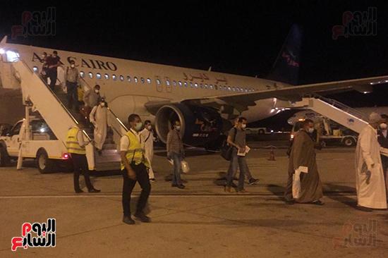 وصول رحلة طيران استثنائية تقل 165 مصريا عالقا بالكويت لمطار مرسى علم (4)