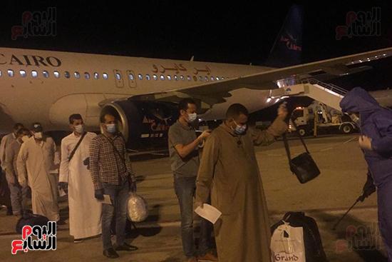 وصول رحلة طيران استثنائية تقل 165 مصريا عالقا بالكويت لمطار مرسى علم (3)