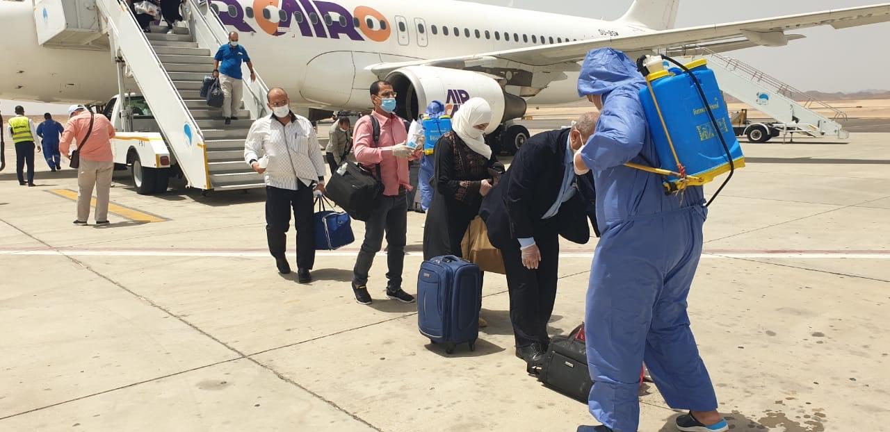 وصول عالقين من جدة لمطار مرسى علم (1)