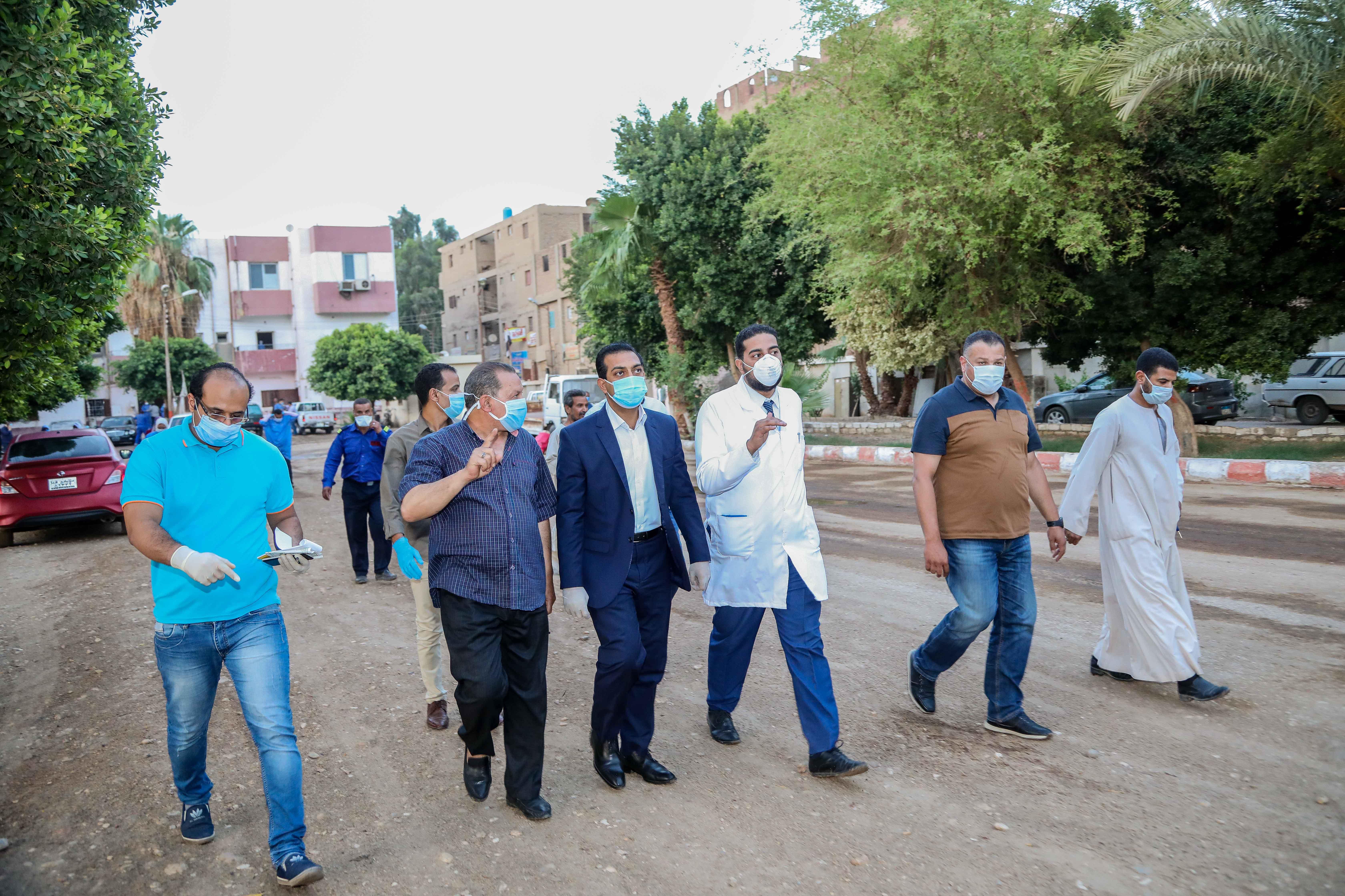 نائب محافظ قنا يزور مستشفيات العزل الصحى (11)