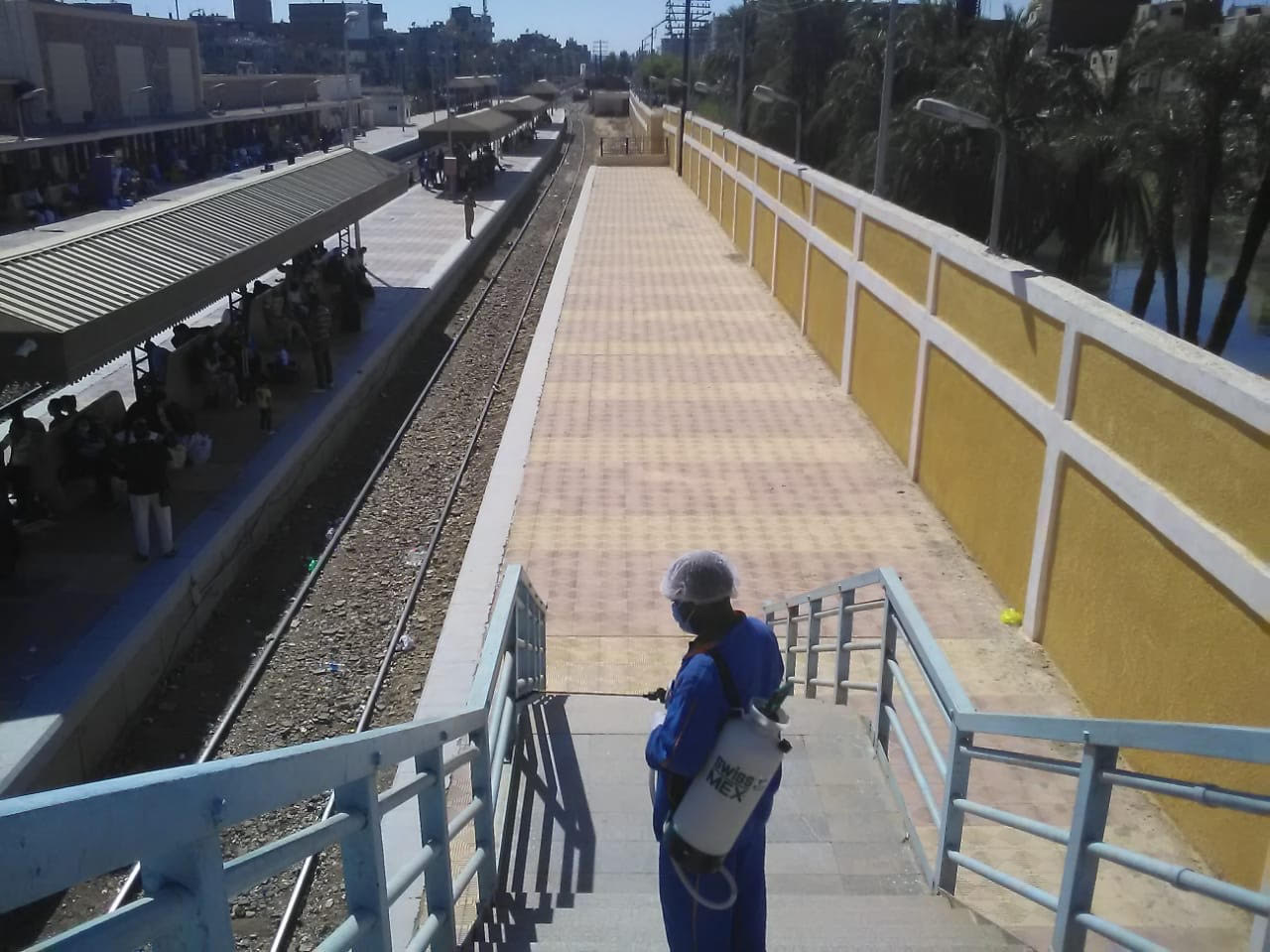 السكة الحديد تواصل أعمال تعقيم المحطات والقطارات ضد كورونا (6)