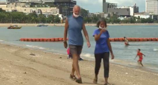 مواطنون يستمتعون على الشواطئ
