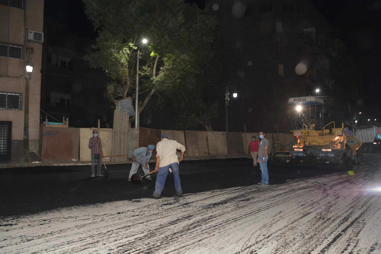 محافظ المنيا يتابع أعمال رصف شارعي سعد زغلول (2)
