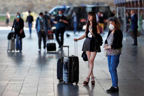 فتاة تحمل حقائبها بمحطة القطار بنيويورك