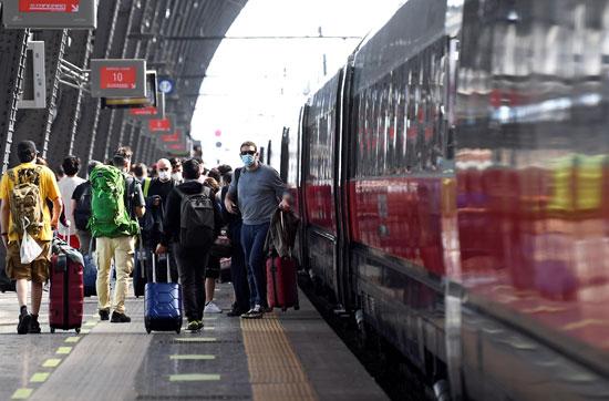 الإيطاليون يخرجون إلى محطة القطار فى ميلانو