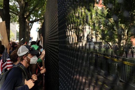 58963-متظاهرون-خارج-البيت-الأبيض