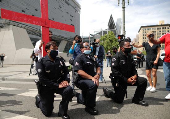 أفراد الشرطة يركون أمام الاحتجاجات فى كاليفورنيا