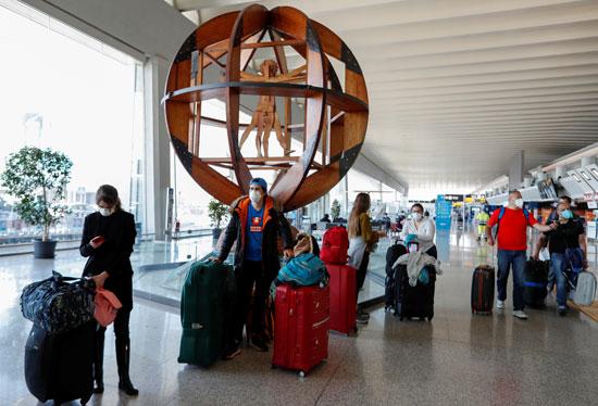 انتظار الركاب لرحلاتهم فى مطار فيوميتشينو