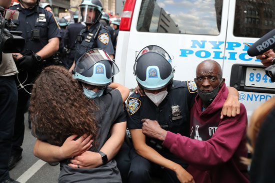 أفراد الشرطة ومتظاهرين فى حى منهاتن