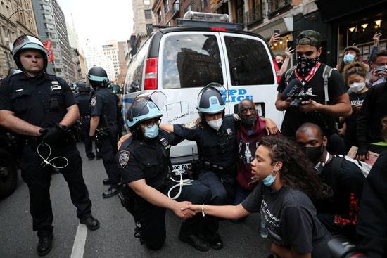 رجال الشرطة يمدون يدهم لتحية متظاهرين فى نيويورك