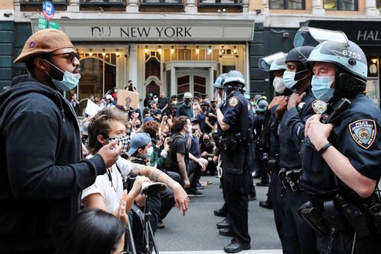 أفراد الشرطة الأمريكية وجها لوجه مع المتظاهرين