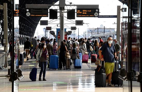 تجمع للركاب فى محطة ميلانو المركزية