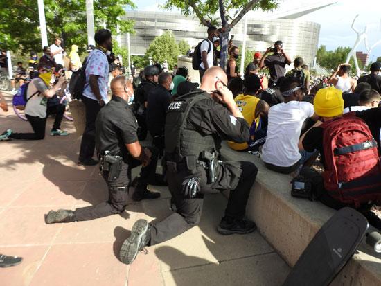 رجال الشرطة مع المتظاهرين فى مينيابوليس