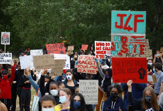 متظاهرون يحملون اللافتات بلندن