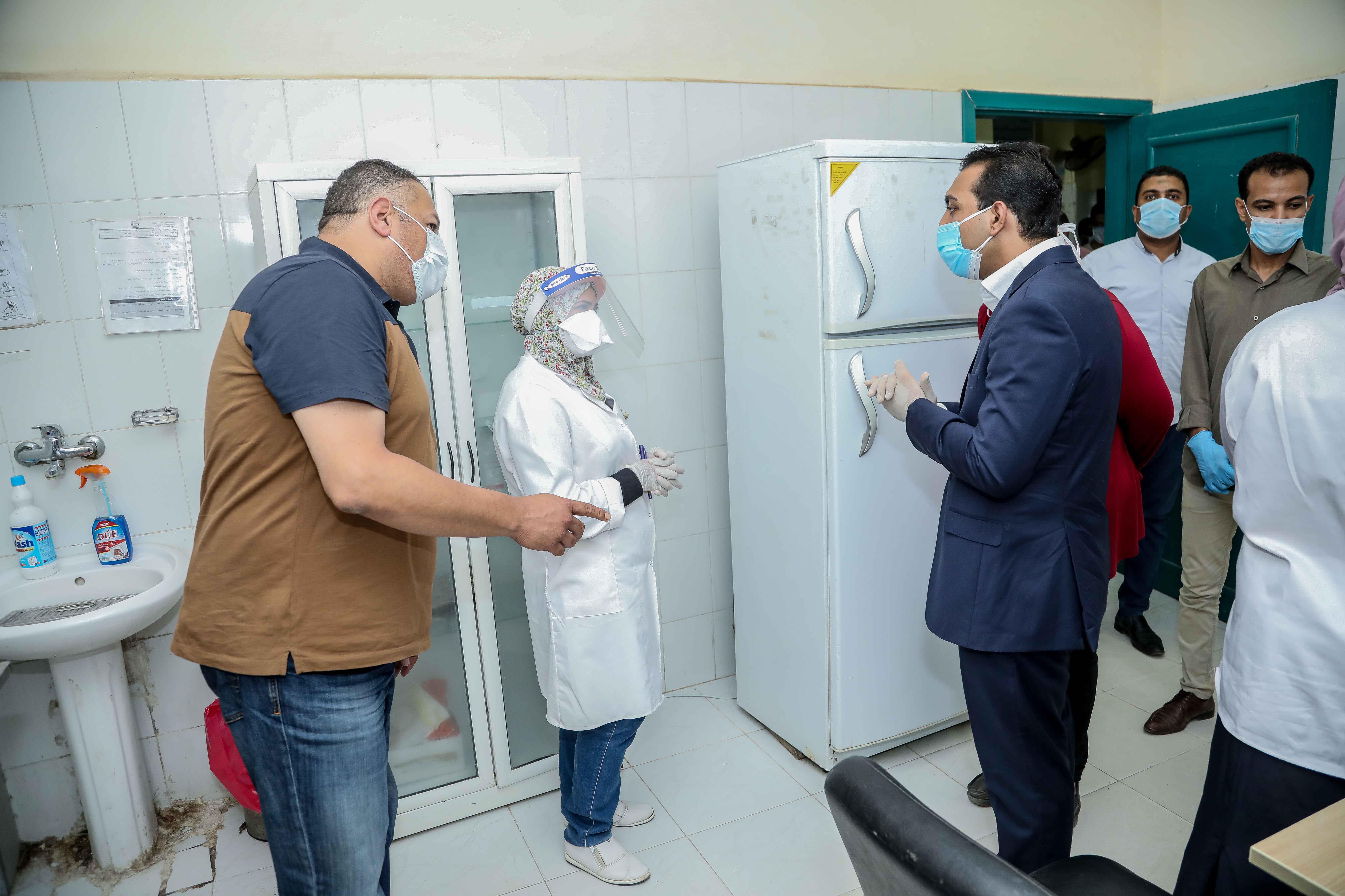 نائب محافظ قنا يزور مستشفيات العزل الصحى (1)