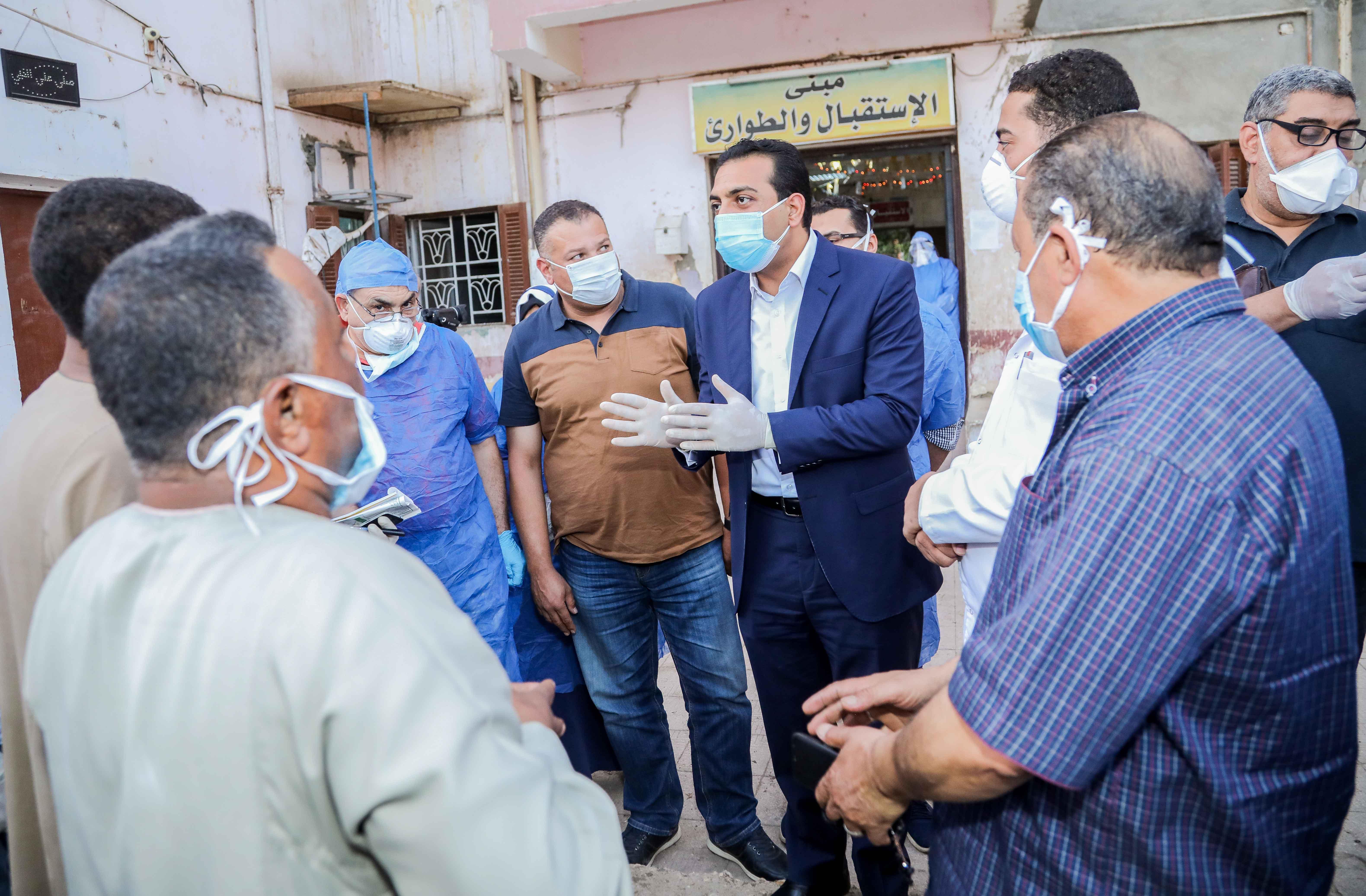 نائب محافظ قنا يزور مستشفيات العزل الصحى (9)