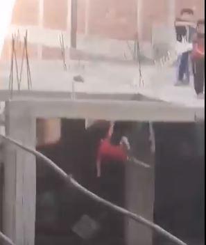 لحظة سقوط طفل من سطح عقار خلال اللهو بطائرة ورقية  (2)