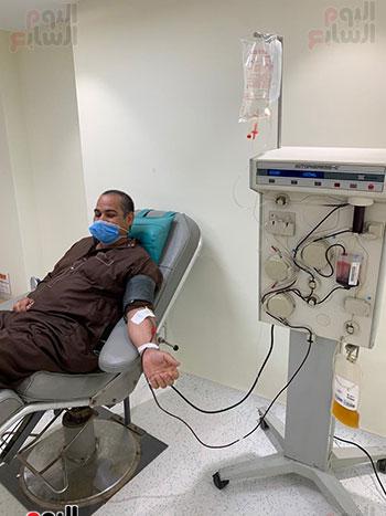 توافد المتعاقدين للتبرع ببلازما الدم (4)