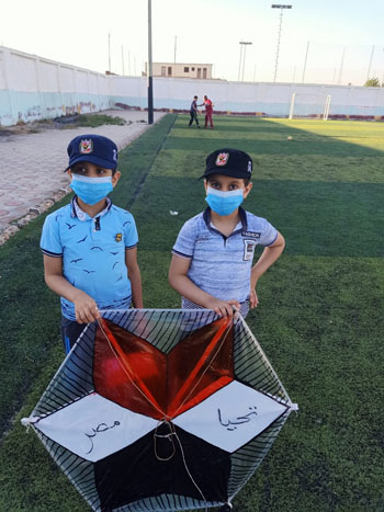 أطفال يحتفلون بـ30 يونيو بطائرات ورقية  (1)
