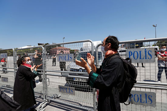 المحاميون يتظاهرون أمام قصر العدل فى اسطنبول