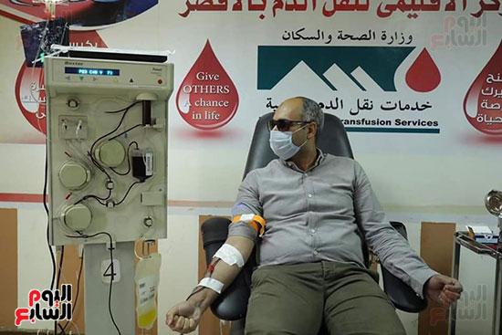 توافد المتعاقدين للتبرع ببلازما الدم (8)