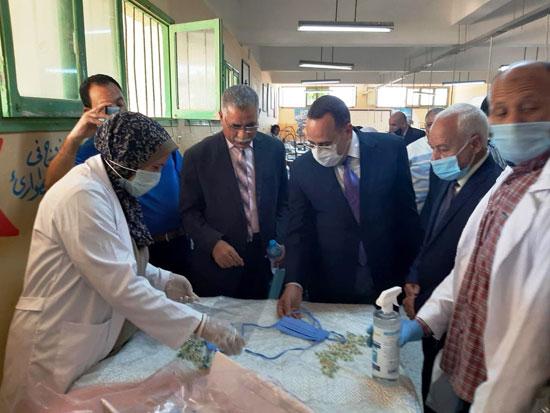 20 معلما بشمال سيناء تطوعوا لإنتاج 6000 كمامة خلال 3 أسابيع (5)
