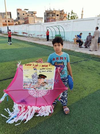 أطفال يحتفلون بـ30 يونيو بطائرات ورقية  (3)