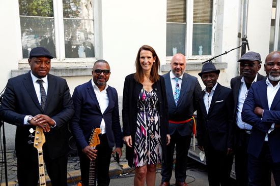 رئيسة الوزراء البلجيكية مع الفرقة الموسيقية