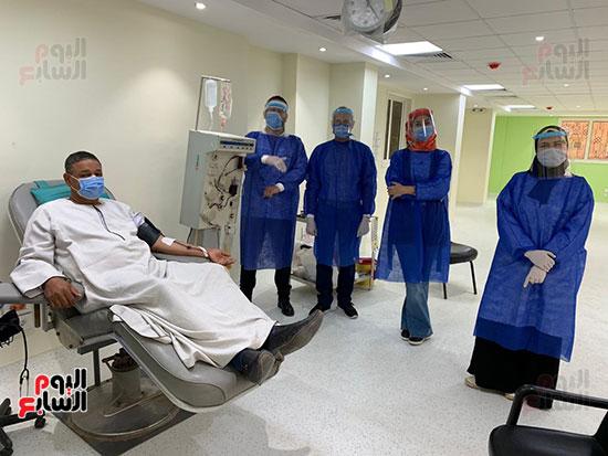 توافد المتعاقدين للتبرع ببلازما الدم (2)