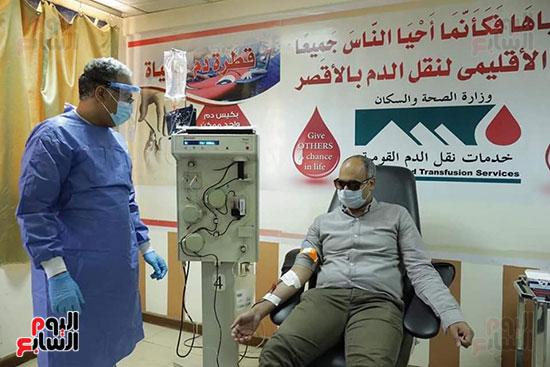 توافد المتعاقدين للتبرع ببلازما الدم (9)