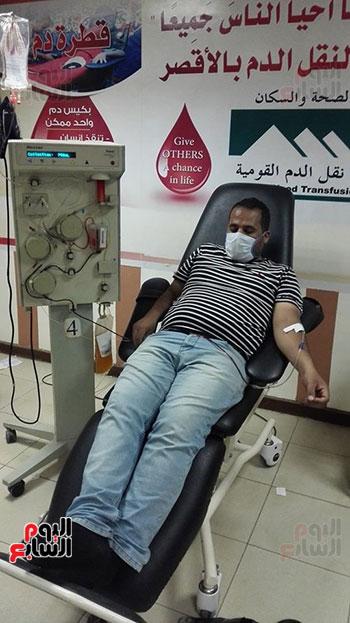 توافد المتعاقدين للتبرع ببلازما الدم (7)
