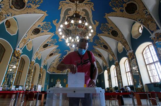 رجل يدلى بصوته فى الاستفتاء