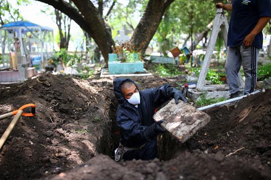 خلال دفن ضحايا كورونا