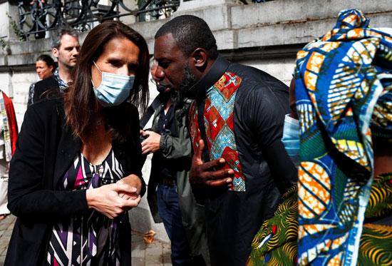 رئيسة وزراء بلجيكا تتحدث مع مواطن من الكونغو