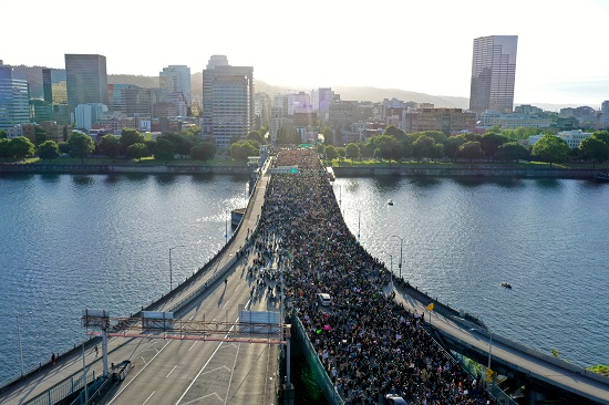 آلاف المحتجين