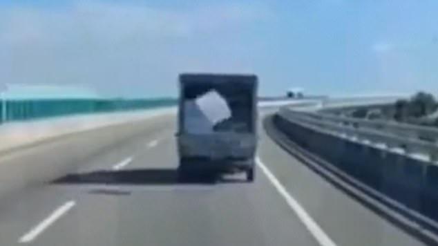 الصندوق يسقط من السيارة