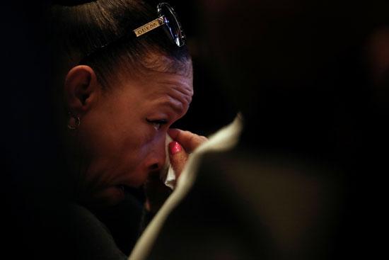 سيدة أمريكية تبكى حزنا على مقتل جورج فلويد