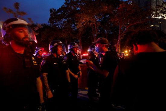 المتظاهرون أمام قوات الشرطة فى واشنطن
