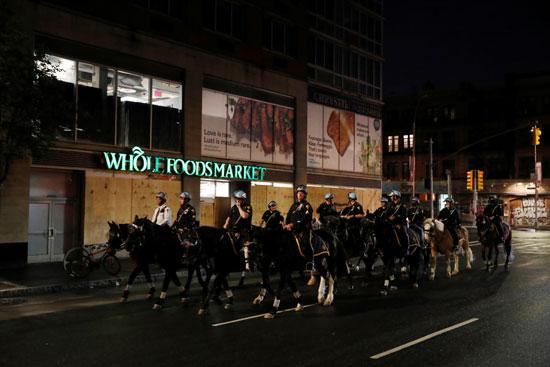 رجال الشرطة خلال تظاهرة واشنطن