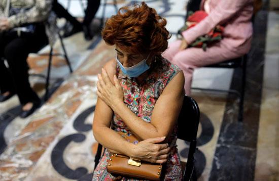 سيدة يبدو عليها الحزن أثناء القداس