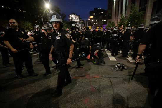 اعتداء الشرطة على المتظاهرين فى نيويورك