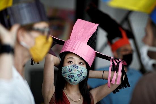 واحدة من زوار المعرض ترتدى القبعة