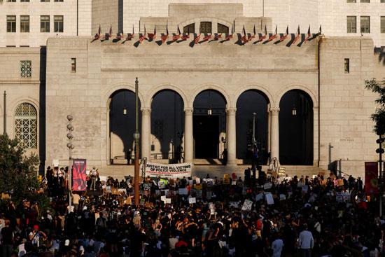 متظاهرون يتجمعون أمام قاعة مدينة لوس أنجلوس