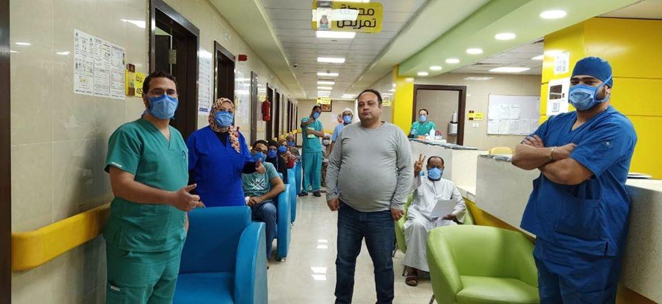 الفريق الطبى مع الحالات خلال خروجهم وشفاؤهم