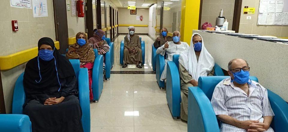 جانب من خروج 28 حالة بعد شفاؤهم بالمستشفى