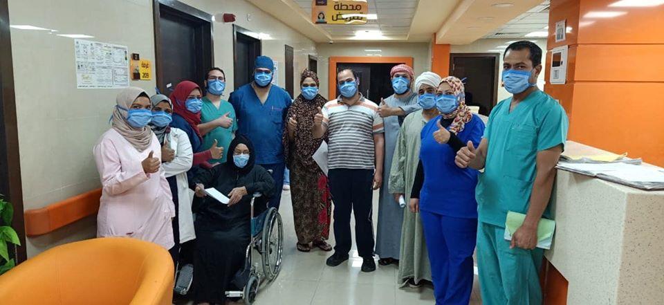 جانب من خروج أكبر عدد من المتعافين بمستشفيات العزل