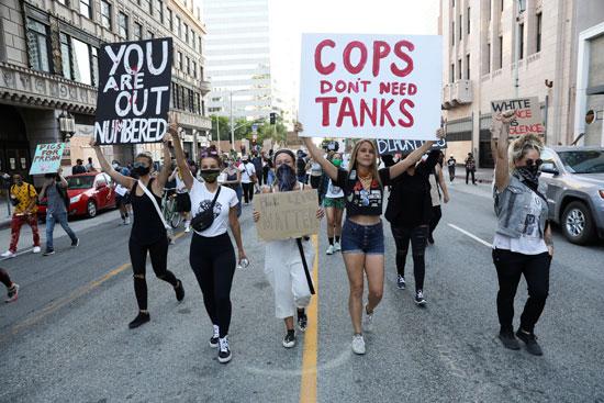 المتظاهرون يرفعون لافتات فى لوس أنجلوس
