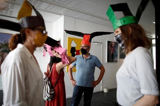 زوار المعرض يلتزمون بالتباعد الاجتماعى بفضل القبعات