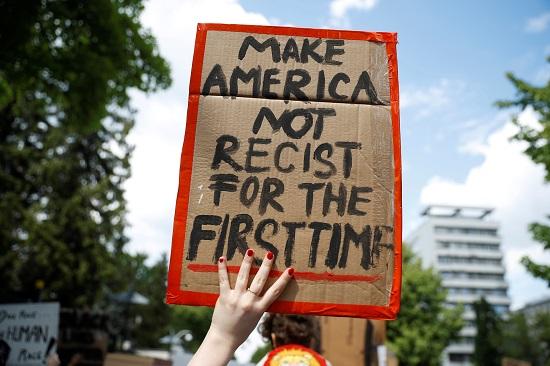 لافتات ضد العنصرية